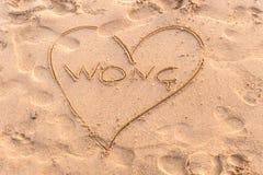 Lettres tirées d'été sur une plage sablonneuse Modèle de calibre des textes Typographie créative pour des salutations de vacances photo libre de droits