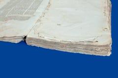 Lettres Yiddishs juives d'isolement bleues de bible de Talmud de fond de cru de couverture de vieux livre photos libres de droits
