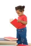 Lettura africana adorabile del bambino Immagine Stock