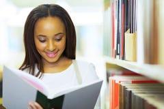 Lettura africana dello studente universitario Immagini Stock Libere da Diritti