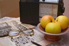 Lettura dei giornali sovietici vecchi, radio d'annata Fotografia Stock Libera da Diritti
