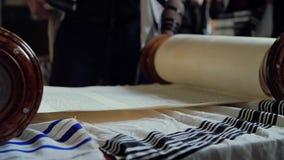 Lettura dei rotoli con il Torah video d archivio