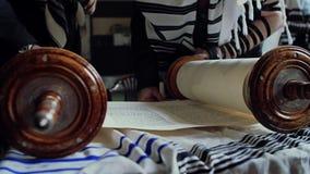Lettura dei rotoli con il Torah stock footage