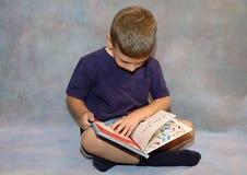 Lettura del bambino Immagini Stock