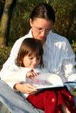 Lettura del bambino e della madre Fotografia Stock