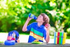 Lettura del bambino e panino di cibo al cortile della scuola Fotografia Stock Libera da Diritti