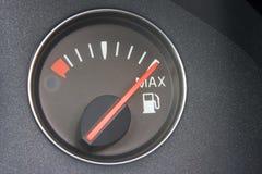 Lettura del calibro di combustibile in pieno Fotografia Stock