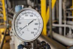 Lettura del calibro di temperatura nel falenhine in petrolio marino e gas o Fotografia Stock