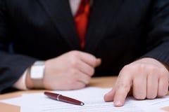 Lettura del contratto Immagine Stock Libera da Diritti