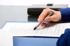Lettura del documento Fotografia Stock