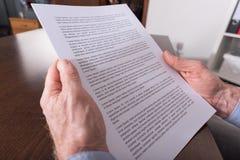Lettura del documento Fotografia Stock Libera da Diritti