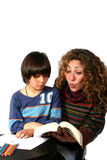 Lettura del figlio e della madre Immagine Stock