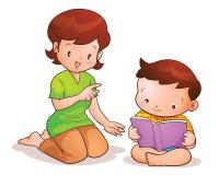 Lettura del figlio insegnata a madre Fotografia Stock Libera da Diritti