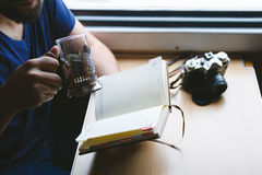 Lettura del fotografo sul treno Fotografie Stock Libere da Diritti