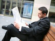 lettura del giornale dell'uomo di affari Fotografia Stock