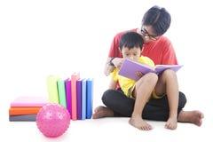 Lettura del libro con il papà Fotografie Stock Libere da Diritti
