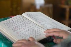 Lettura del libro della chiesa Immagine Stock Libera da Diritti