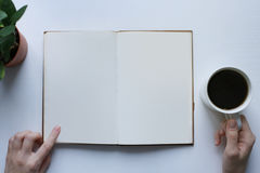 lettura del libro, pausa caffè, lettura informativa fotografia stock