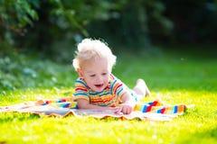 Lettura del ragazzino nel giardino di estate Fotografia Stock Libera da Diritti