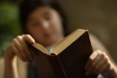Lettura del ragazzo dell'adolescente nella fine dell'amaca sulla foto Fotografia Stock