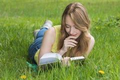 lettura dell'erba della ragazza del libro immagini stock