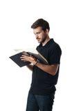 Lettura dell'uomo da un grande libro Fotografia Stock