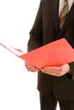 Lettura dell'uomo di affari da un dispositivo di piegatura rosso immagine stock libera da diritti