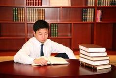 Lettura dell'uomo nella libreria Immagini Stock Libere da Diritti