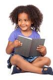 Lettura della bambina dell'allievo con un libro Fotografia Stock