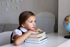 Lettura della bambina nella casa Immagine Stock