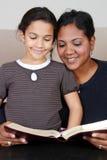 lettura della bibbia Immagini Stock