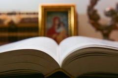 Lettura della bibbia del libro sacro Immagine Stock