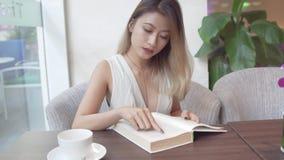 Lettura della donna asiatica Immagini Stock Libere da Diritti