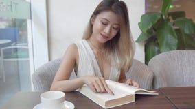 Lettura della donna asiatica Fotografia Stock