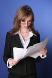 Lettura della donna di affari con attenzione un archivio Fotografia Stock