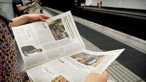 Lettura della donna in giornale della metropolitana al rallentatore video d archivio