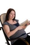 Lettura della donna incinta Immagine Stock Libera da Diritti