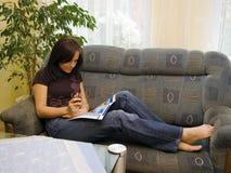 Lettura della donna nel paese Fotografie Stock Libere da Diritti