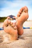 Lettura della donna sulla spiaggia. Fotografia Stock Libera da Diritti