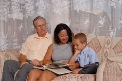 Lettura della famiglia Fotografia Stock