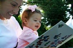 Lettura della figlia e della madre Immagini Stock Libere da Diritti