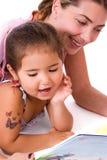 Lettura della figlia e della madre. Fotografie Stock Libere da Diritti