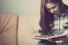 Lettura della giovane donna Chiuda su sulle mani della donna che girano la pagina in libro d'annata La donna ha letto un libro Fo Immagini Stock