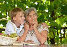 Lettura della nonna con il ragazzo Fotografia Stock Libera da Diritti