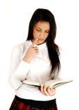 Lettura della ragazza del banco. Immagini Stock Libere da Diritti