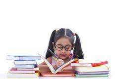 lettura della ragazza del libro Fotografie Stock Libere da Diritti
