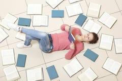 lettura della ragazza del libro Immagini Stock Libere da Diritti