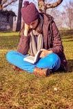 lettura della ragazza del libro Immagine Stock