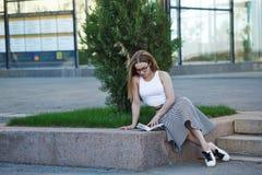 lettura della ragazza del libro Fotografia Stock