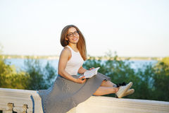 lettura della ragazza del libro Immagini Stock